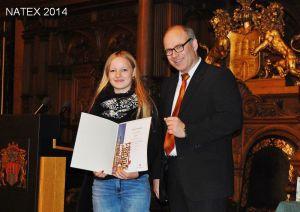 Schulsenator Ties Rabe nach der Urkundenübergabe mit Preisträgerin